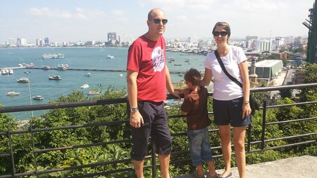 Familie Troestler bei einem der Aussichtspunkte Pattayas.