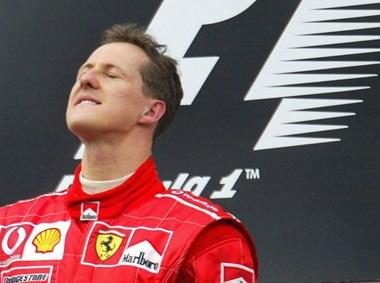 Michael Schumacher nach einem seiner Siege. Hoffentlich besiegt er nun den Tod und die Krankheit.