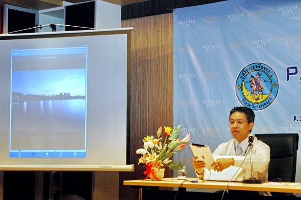 Projektleiter Theeradet Juladung, demonstriert die Geo-Informatik des Pattaya City Guide.