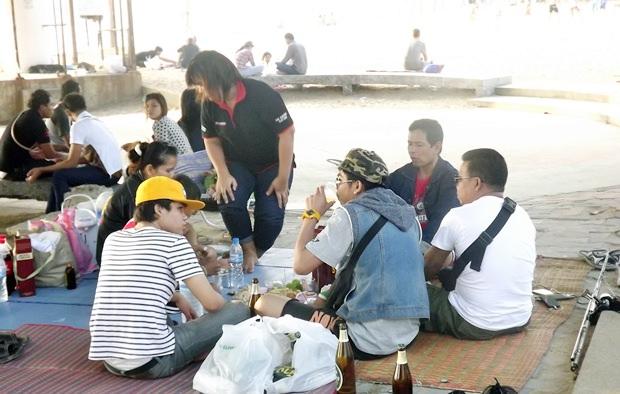 Thai Touristen genießen den Pattaya Urlaub mit ihren Familien.