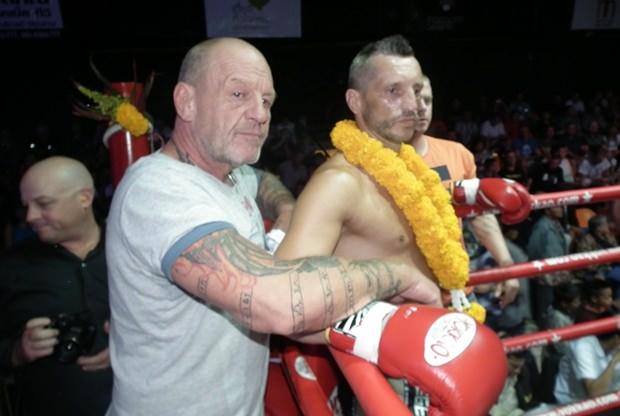Der Österreicher Willi Wokurka, selbst langjähriger Thai-Boxer, sieht den Kämpfen, bei denen auch sein Sohn Nico mitwirkt, aufmerksam zu.