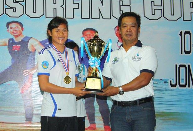 Suchart Khunjeng, Berater des Bürgermeisters, überreicht die Siegestrophäe an Sarocha Phumphai für ihren Erfolg beim RS:X Rennen der Frauen.