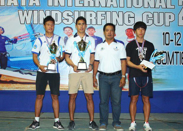 (Von links) Pattaradanai Jinan, Ek Bunsawat, Suchat Khunjeng und Kim Song Min beim Gruppenfoto nach der Preisverleihung des Rennens RS:X der Männer.