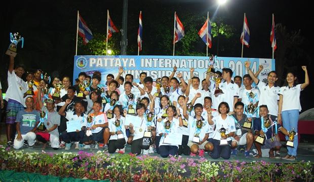 Alle Teilnehmer der Thailand Windsurf Meisterschaft und des Pattaya International Windsurfing Cup 2014 der Air Sea Land Meisterschaft 2014 beim Gruppenfoto.