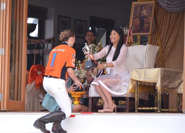 Caroline Link erhält den Pokal aus den Händen von Prinzessin Sirivannavari Nariratana.