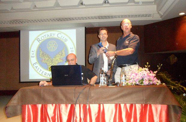 Nigel Quenell (Mitte) überreicht Michael Todd-White ein Geschenk.