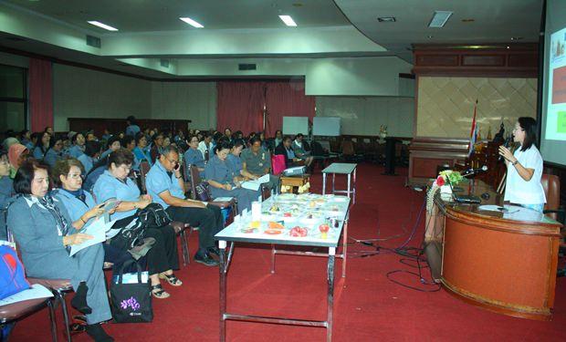 Jiranan Thongsamrit (rechts) bei ihrem Vortrag.