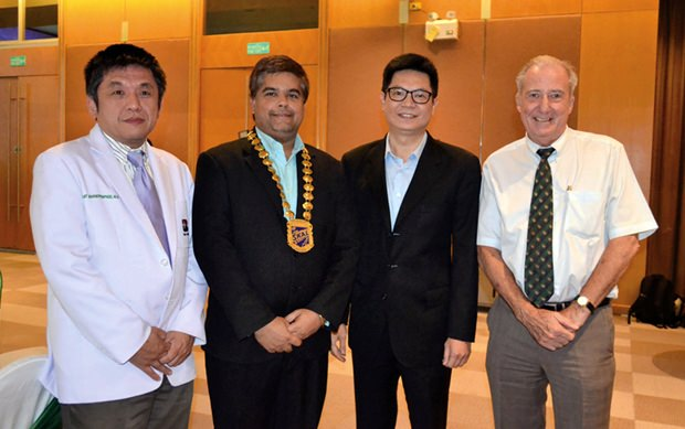 (Von links) Dr. Sujit Banyatpiyaphod, vom Herzzentrum, Skal Präsident Tony Malhotra, Dr. Pichit Kangwolkij, CEO der Bangkok Hospital Gruppe und Dr. Iain Corness.