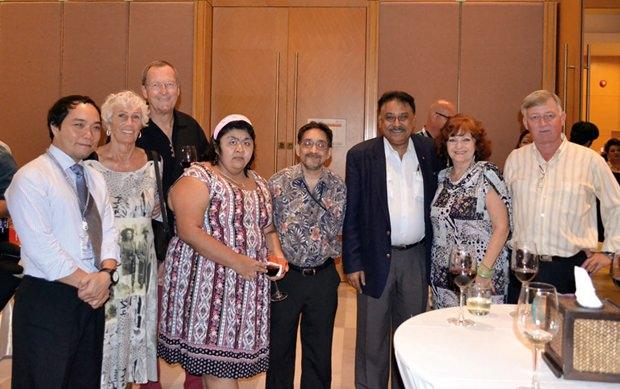 (Von links) Neil Maniquiz, BHP, Erika und Peter Strehlau, Vicky und Marlowe Malhotra von Massic Travel, Peter Malhotra, MD Pattaya Mail, Elfi Seitz und Hans Banziger.