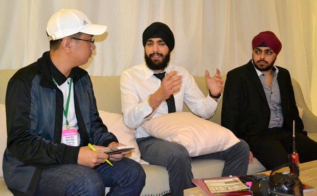 Sunny Chawala (Mitte), der Projektmanager des Venetian Signature Condo Resort Pattaya erklärt den Kunden alles Wissenswerte.