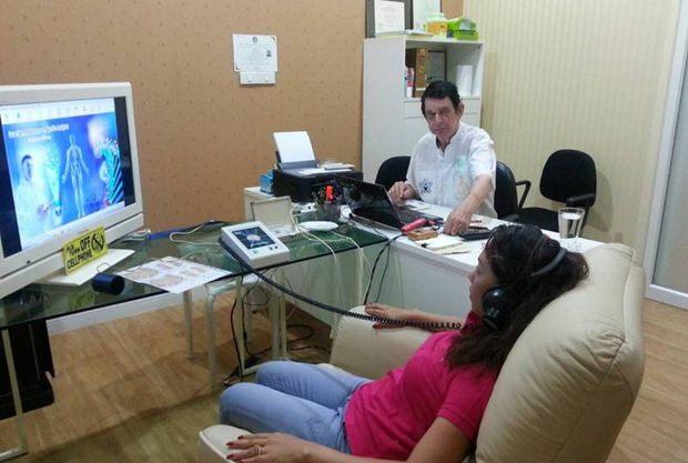 Dr. William untersucht eine Patientin auf seinem Quantum-Apparat.