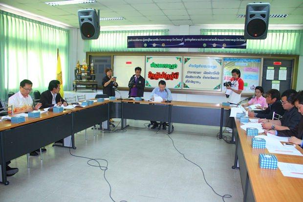 Bezirkschef Sakchai Taengho präsidiert beim ersten Treffen in diesem Jahr.
