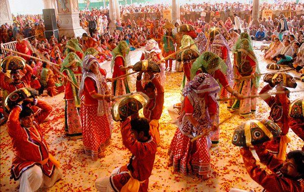 Die Menschen tanzen im Farbenrausch.