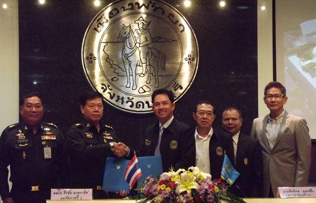Generalleutnant Thirachai Nakvanich und Bürgermeister Ittipol Khunplome bei der Unterzeichnung des Vertrages.