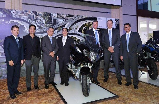 Die Management Gruppe von BMW Thailand unter Leitung von Präsident Matthias Pfalz. Mit im Bild sind Ralf Bissinger, César Badilla, Christian Wiedmann, M.L. Kamolchart Pravitra, Jatupon Puttaviboon und Krisda Utamote.