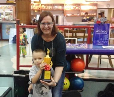 PILC Präsidentin Helle Rantsen überreicht dem kleinen Zachary seinen Pokal.