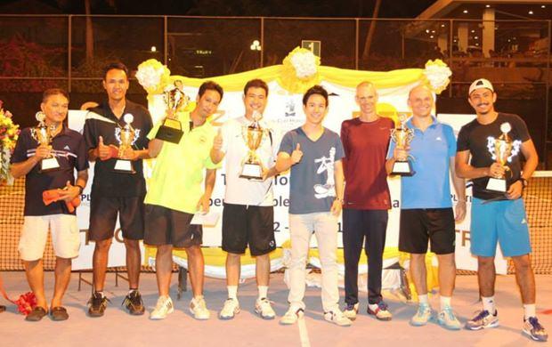 Der Exekutiv  Direktor der Royal Cliff Hotel Gruppe, Vitanart Vathanakul (4. von rechts) mit den Siegern des Turniers.