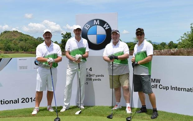 (Von links) Dr. Florian Kirschner, der geschäftsführende Direktor von Evonik ThaiAerosil Co., Ltd., Präsident der BMW Gruppe Thailand, Matthias Pfalz, der deutsche Botschafter Rolf Schulze und Andreas Richter, Partner von Blumenthal Richter &Sumet, nehmen an der Eröffnungsrunde des BMW Golf Cup International 2014 teil.