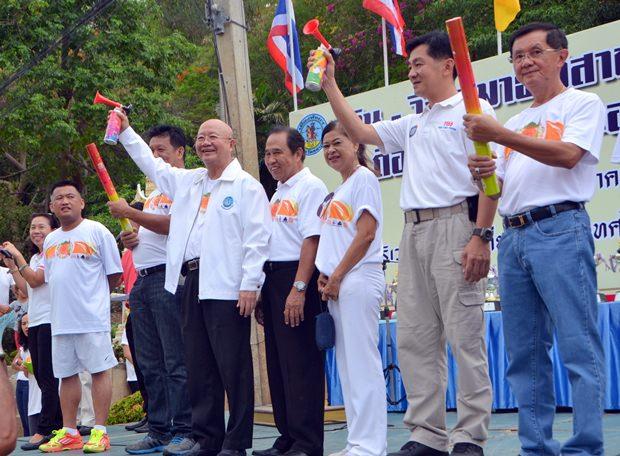 Vizebürgermeister Wattana Janthaworanont eröffnet den Lauf.