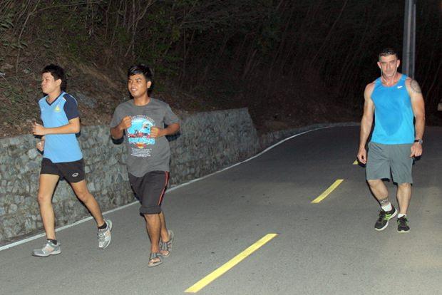 Thailänder und Ausländer sporteln gemeinsam.