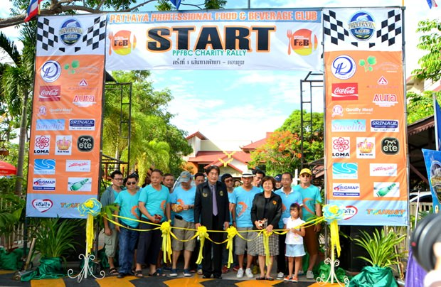 Alle wichtigen Leute nehmen in Pattaya an der Eröffnung der Rallye teil.