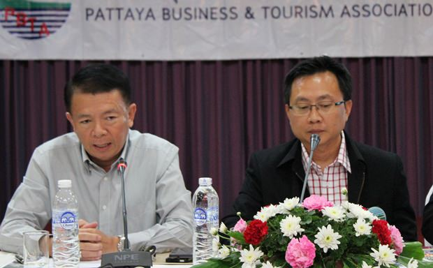 Banglamungs Distriktchef Sakchai Taengho und PBTA Präsident Sinchai Wattanasartsathorn präsdieren gemeinsam bei der Versammlung.
