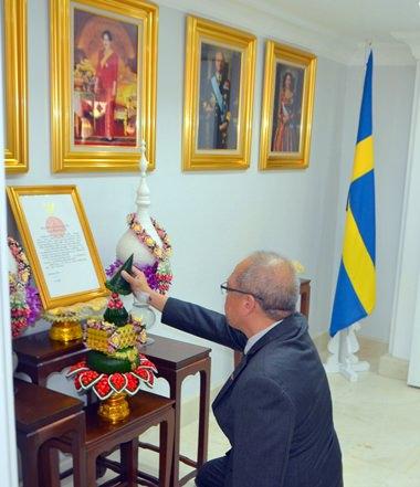 Konsul Chatchawal führt die religiösen Riten nach seiner königlichen Ernennung durch.