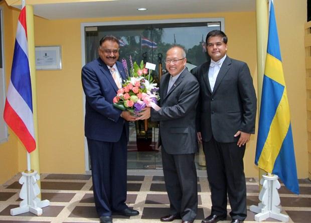 Pratheep Malhotra und Tony Malhotra, beide von Pattaya Mail Media Gruppe, entbieten Konsul Chatchawal ihre besten Glückwünsche.
