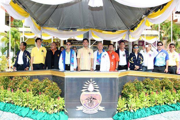 Bürgermeister Ittipol und seine Mannen bei der Eröffnung.