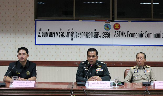(Von rechts) Gouverneur Khomsan Ekachai, Polizeigeneral Nath Inthracharoen, und Bügermeister Ittipol Kunplome haben den Vorsitz bei dem Treffen.
