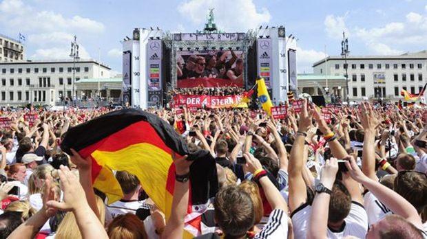 Die deutschen Fans hoben nach der Landung der Weltmeister am Brandenburger Tor ab.