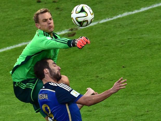 Torhüter Neuer rettet Deutschland mit einem Tiger-Sprung.