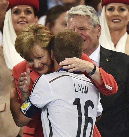 Bundespräsident Joachim Gauck und Bundeskanzlerin Angela Merkel gratulieren allen Spielern. Hier ist Lahm mit Küsschen dran.