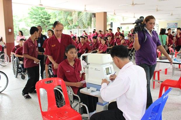 Ein Arzt untersucht die Herzfunktion eines behinderten Menschen.
