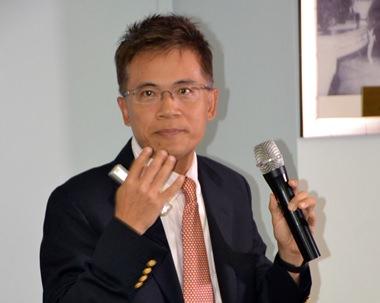 Prof. Tien-Yow Chuang erklärt die Vorteile des neuen Lasergeräts.