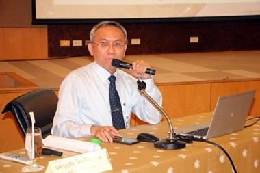 Dr. Piya Tiewprasert hat den Vorsitz beim Seminar.