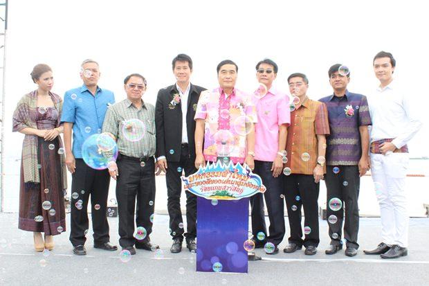 Der Vizegouverneur von Khon Kaen, Vinai Sittimonthol (Mitte), Saroj Suwatikul von der Handelskammer Khon Kaen (rechts) und Banjong Banthunprayukt Vizevorsitzender des Stadtrates Pattaya, bei der Eröffnung.