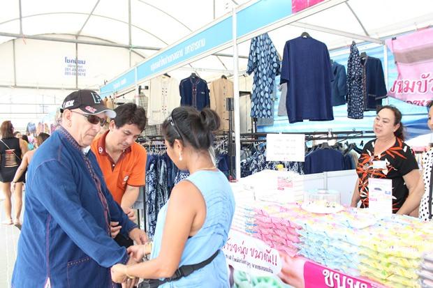 Ausländische Touristen zeigen großes Interesse an der Seide.