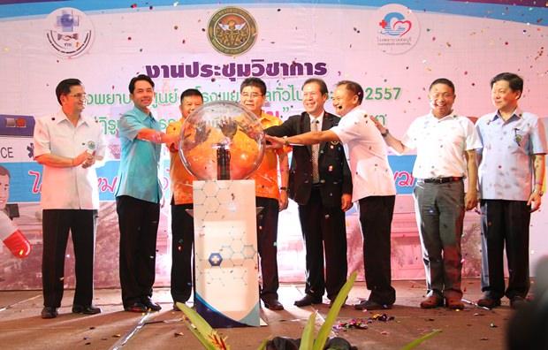 (Von links) Dr. Thawatchai Sombunthanong, Bürgermeister Ittipol Kunplome, Prof. Dr. Aatsa Teeyapan, Dr. Narong Sahameathaphan und Dr. Bunchai Isaraphisit.
