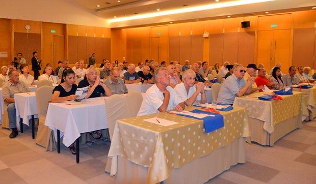 Der Saal ist gefüllt mit interessierten Zuhörern.