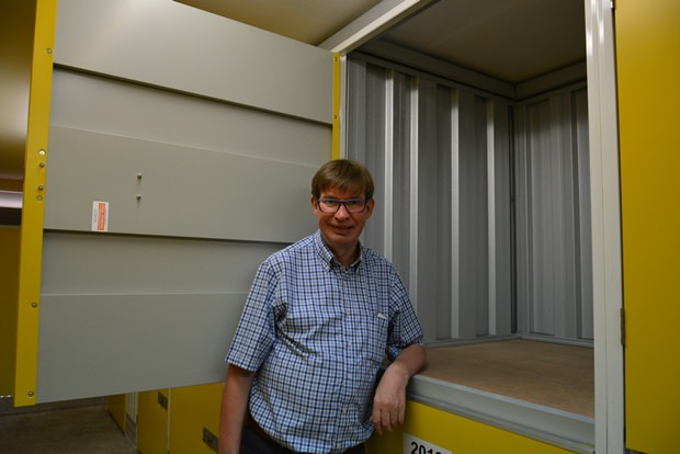 Jan Olav Aamlid zeigt einen mittleren Lagerraum.