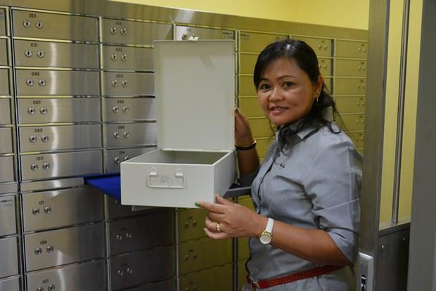 Suthamma Mio Thana, Generalmanagerin zeigt eine der Sicherheitsboxen.