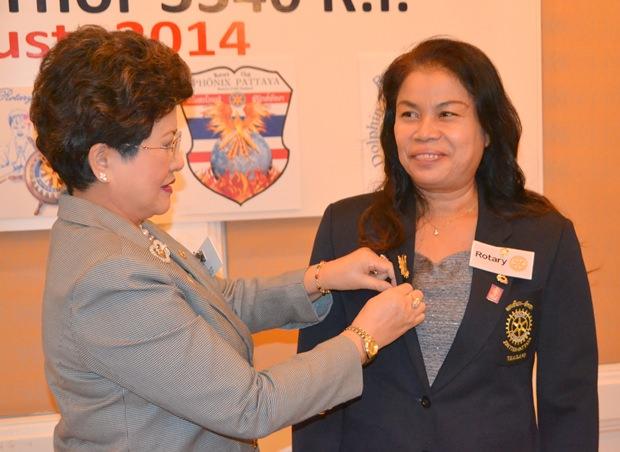 Bezirksgouverneurin Rachnee Euprasert übergibt Mitgliedsnadeln an neue Mitglieder.