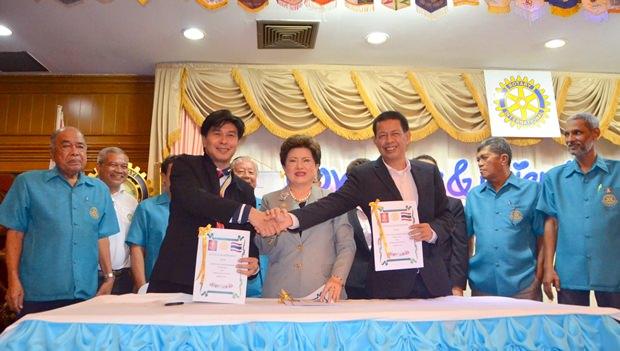 Unterzeichung des Freundschaftabkommen zwischen dem Rotary Club Pattaya, dem Rotary Club Bangkok Benjasiri und dem Rotary Club Ploenjit.
