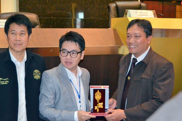 Der stellvertretende Vorsitzende des Stadtrates, Rattanachai Suthidechanai, überreicht den Schlüssel zur Stadt an Tri Widodo Wahyo Utomo, den Vorsitzenden von NIPA.