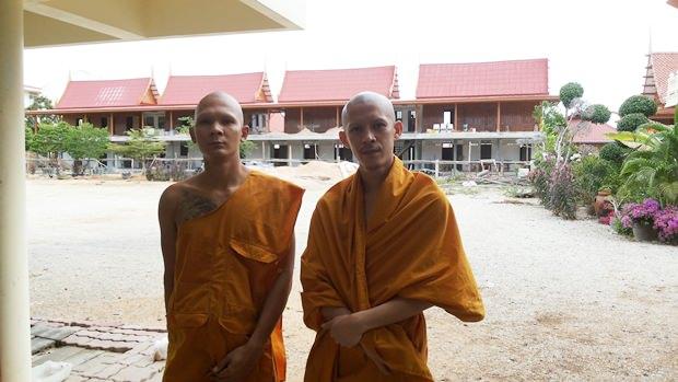 Die beiden Mönche Kittipattoe (rechts) und Gantatoe (links) vor den neuen Unterkünften.