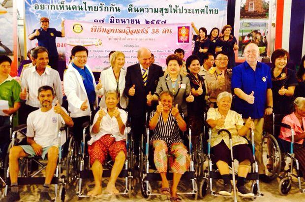 Übergabe der Rollstühle in Namphong (stehend Mitte): Dr. Margret Deter, Präsident Dr. Otmar Deter, Distriktgouverneurin Rachanee Euprasert und Charonsri Senjun.