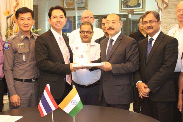 (Von links) Pattaya Tourist-Policeichef Oberstleutnant Arun Promphan und Bürgermeister Ittipol Kunplome tauschen Geschenke mit dem indischen Botschafter Harsh Vardhan Shringla und Konsul Arvind Kumar aus.