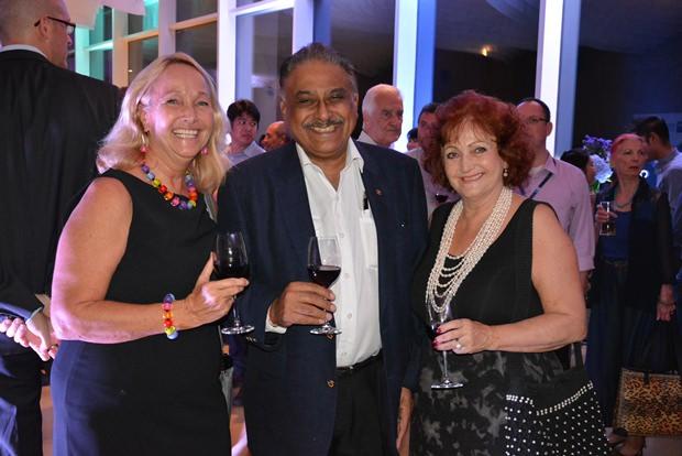 Die Drei mit dem strahlendsten Lächeln des Abends:  Rosanne Diamente, Vorsitzende bei WWM, Peter Malhotra von der Pattaya Mail Media Gruppe und Elfi Seitz.