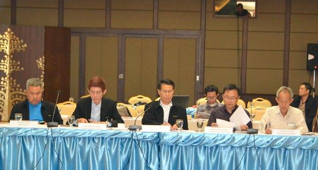 (Von links)Thaweepong Vichaidit, Sanpetch Suphabawornkasean, Thamrong Seangkaweelert, Sinthachai Wattanasartsathorn und Suwat Praephiromrat bei ihren Besprechungen.